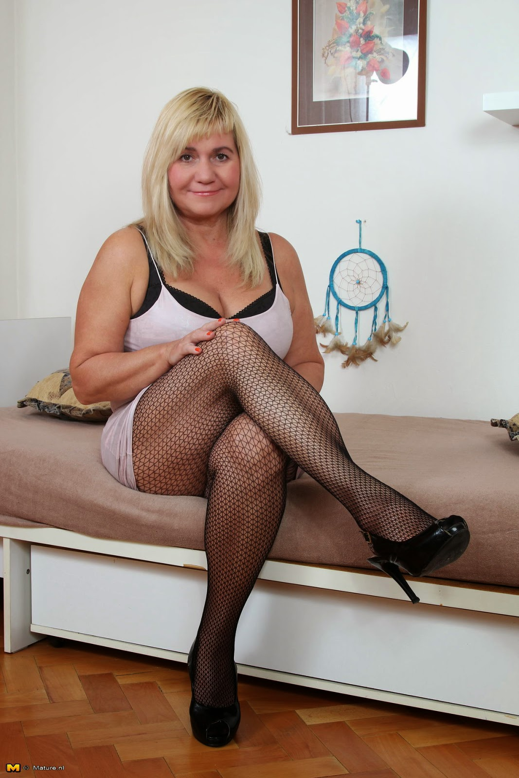 Old mature in pantyhose nylonbeine und