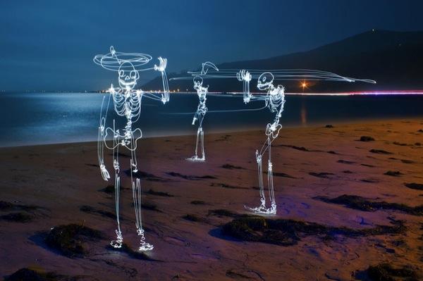 Graffiti de Luz (light graffiti) Desenhos com rastros de luz praia