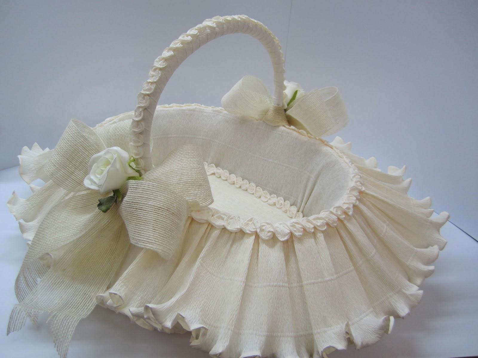 Canastas de boda adornadas con lazos de yute, y rosas en tela Se