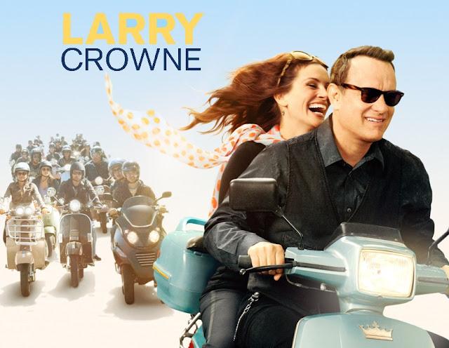 Tom Hanks e Julia Roberts estão andando em uma velha moto azul. - Larry Crowne Filme