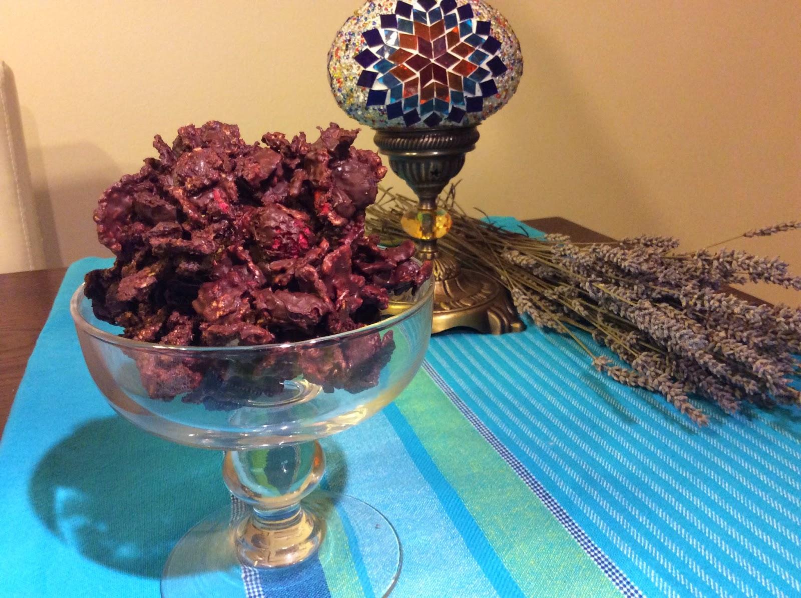 Sugerencia de presentación de Rocas de chocolate con cereales y frutos secos