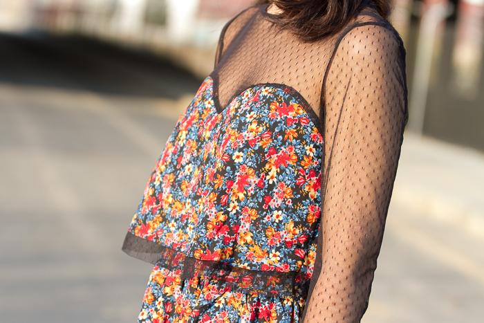 Imagen detallada del tul del vestido floral tendencia primavera