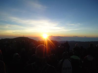 """The Amazing Sunrise"" Matahari yang terbit dari balik Gunung Arjuna"