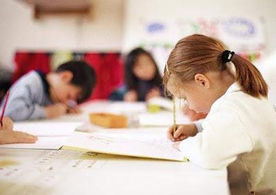 Profesora está acusada de enseñar demasiado a los niños