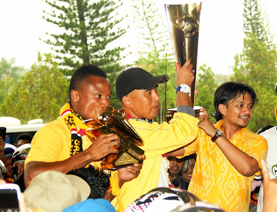 Pelatih Dan Manajer Barito Putera mengangkat Piala