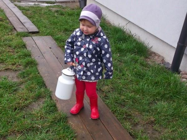 dziewczynka z kanką na mleko, 2 latka, deszczowo