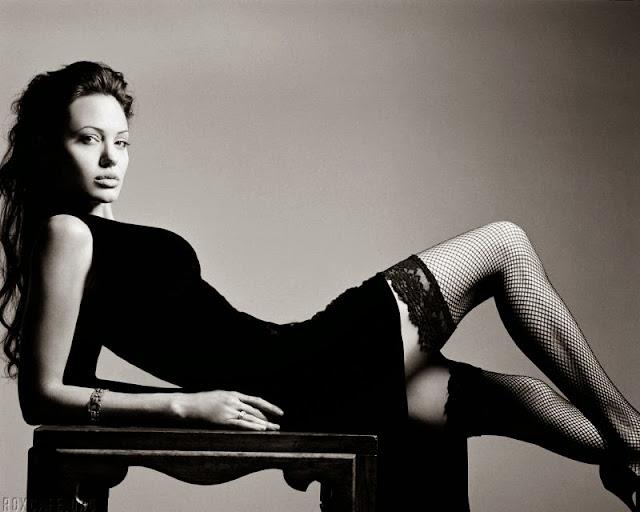 Анджелина Джоли на столе