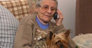Δέχεστε κι εσείς ενοχλητικές τηλεφωνικές κλήσεις από εταιρείες προώθησης προϊόντων; Αυτή η γιαγιά τους απάντησε με τον ΚΑΛΥΤΕΡΟ τρόπο!