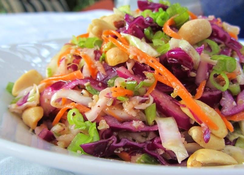 Salada de Repolho e Cenoura com Molho de Amendoim (vegana)
