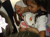 Alumna explicando la técnica del cepillado.