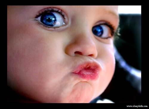 Photo bébé avec yeux bleus bisous