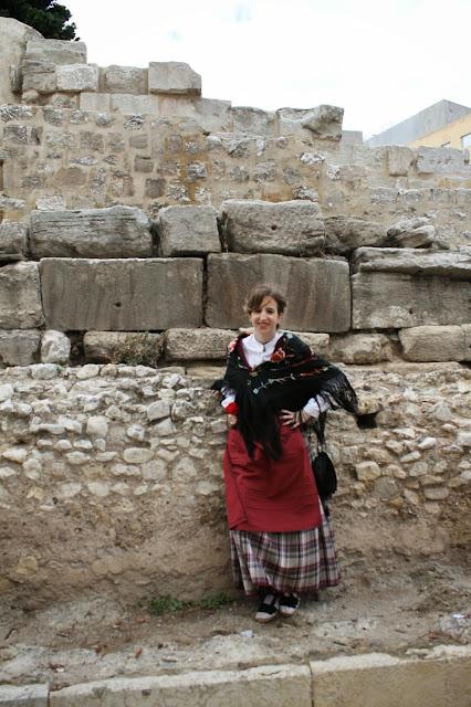 Raquel, en las murallas de Zaragoza  vestida de baturra