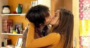 Beso de María León y Raúl Fernández en Con el culo al aire