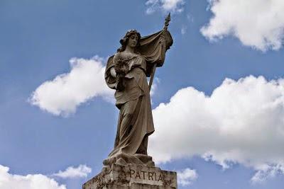 http://2.bp.blogspot.com/-1Gc8NQZtjT8/U4Ob_oGs6CI/AAAAAAAAeow/PNPtymmAtoc/s1600/Apremont+la+For%C3%AAt+-monument+aux+morts+%281%29.jpg