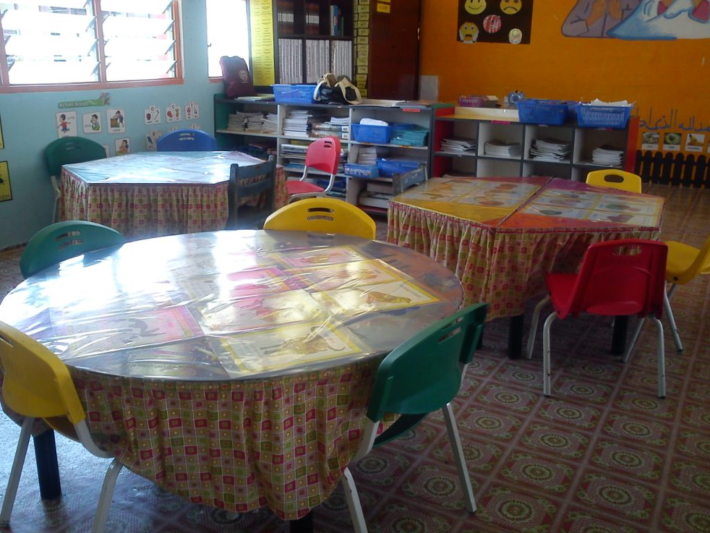 Susun atur meja dan kerusi murid