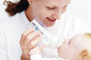 panduan ajar botol susu pada bayi
