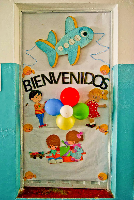 Mi ni o andr s bello decoraci n de carteleras y puertas for Decoracion en pared para ninos