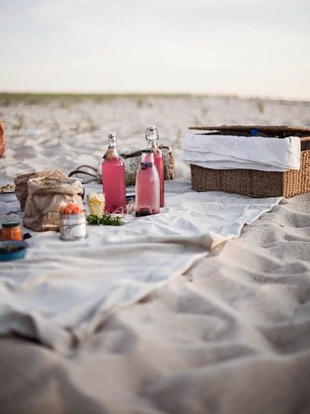 Napoje i przysmaki na piknikowym kocu