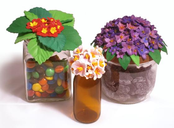 Preciosos tarros de vidrio con tapas de flores hechas con goma EVA