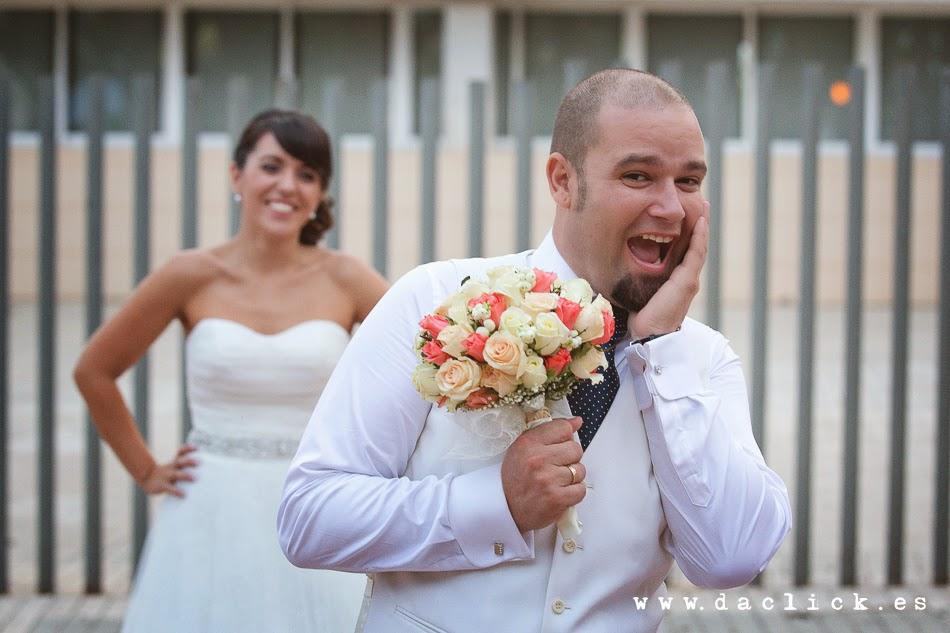 novio imita a la novia con el ramo de flores