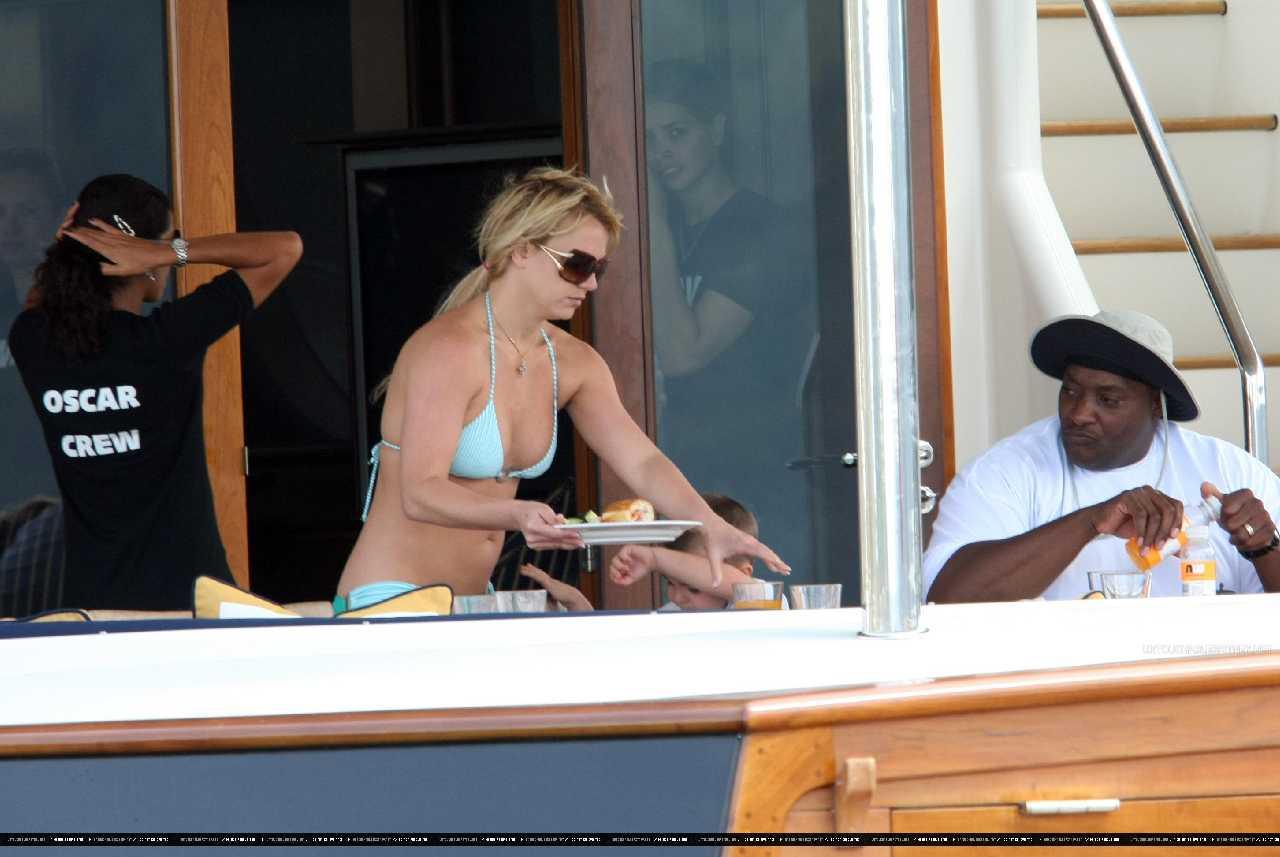 http://1.bp.blogspot.com/-Rn_a0GeCLfs/UH59L6TnG6I/AAAAAAAAK48/HVh-QXR2PSk/s1600/Britney+Spears+frolicks+her+Green+Bikini+body+at+Australia+08.jpg