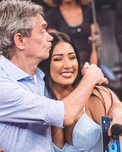 """Emocionada, Simaria faz desabafo sobre doença no """"Altas Horas"""""""
