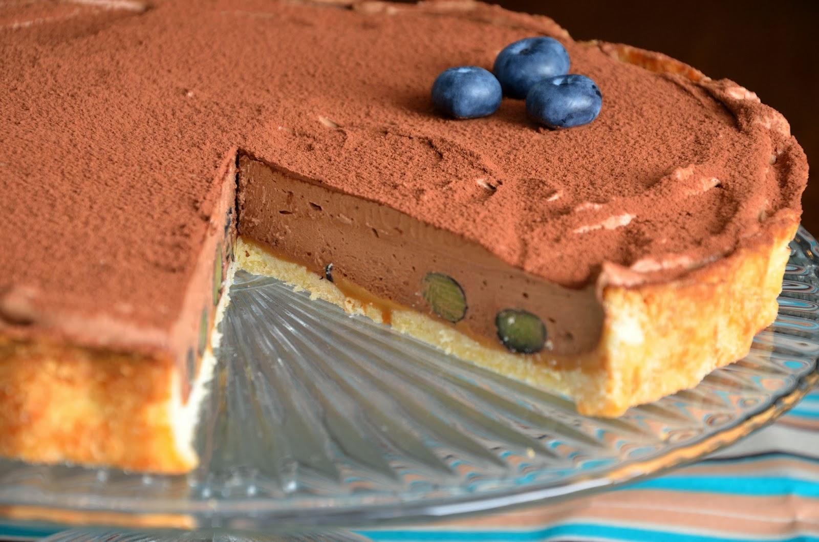 Tarta z kremem czekoladowym, karmelem, solą morską i borówkami