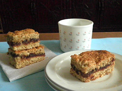 Oatmeal Bars Recipe @ http://treatntrick.blogspot.com