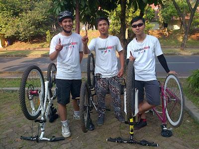 Foto bersama di garis finish, depan lapangan futsall. Kaos #IndonesiaTanpaJIL , Salam satu jari !