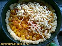 Выложить на корж овощи, посыпать тертым сыром