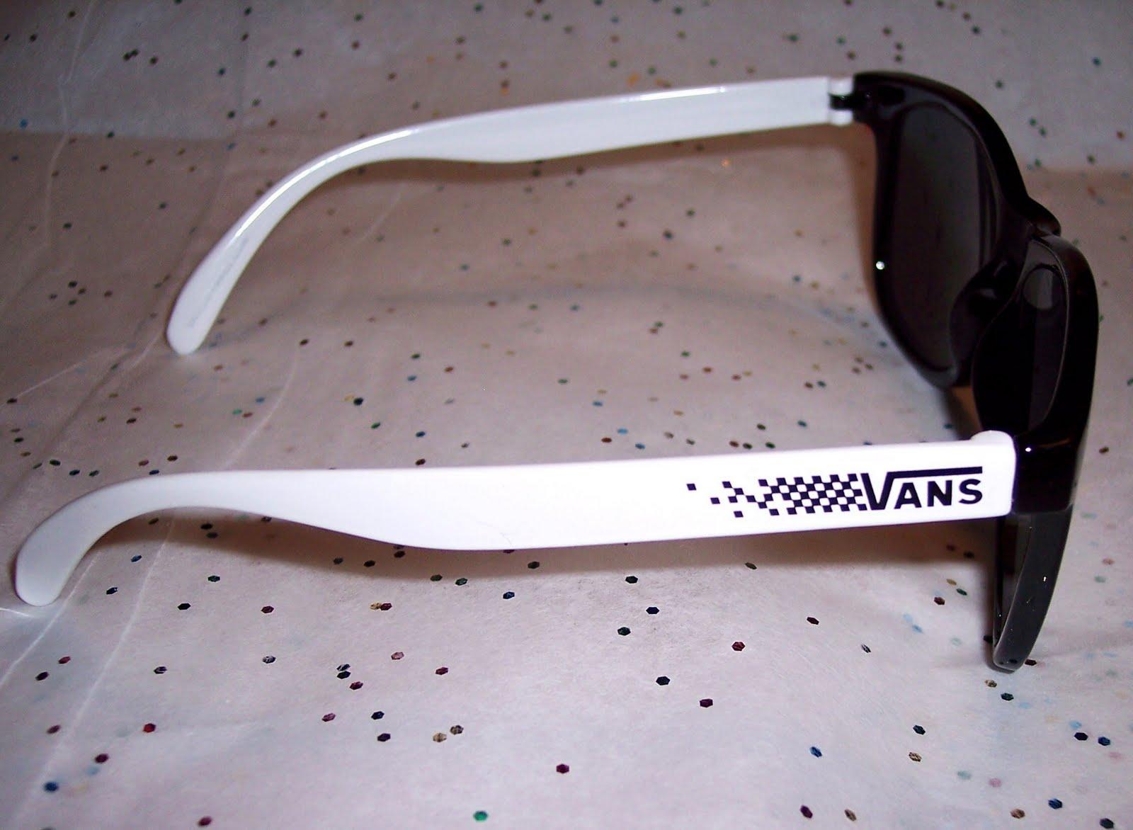 http://1.bp.blogspot.com/-RqQEoaCm3ZQ/TdLA1o1KZlI/AAAAAAAAELs/NWip1xclFL4/s1600/VansSunGlasses3.JPG
