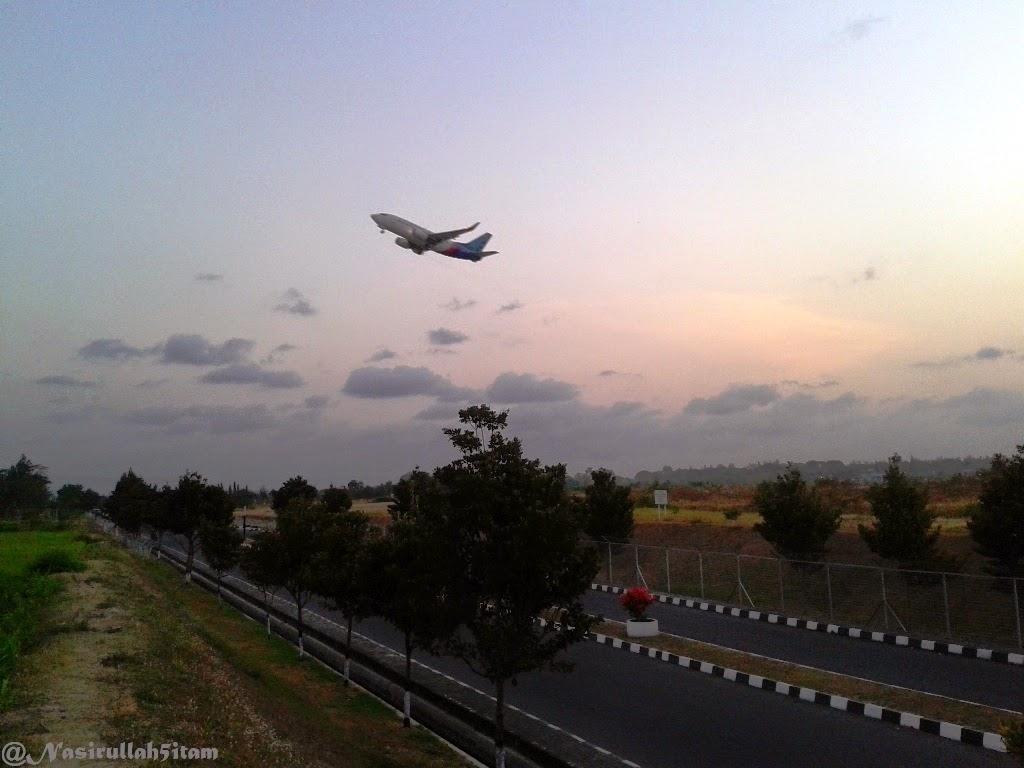Pesawat sedang take off dari bandara Adi Sucipto, Yogyakarta
