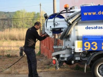 Limpieza de depósitos con camión cuba en Cornellà