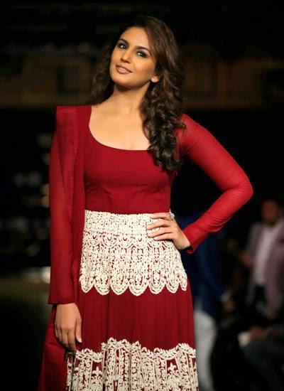 Uma Qureshi walked the ramp for Manish Malhotra at ICW-2014