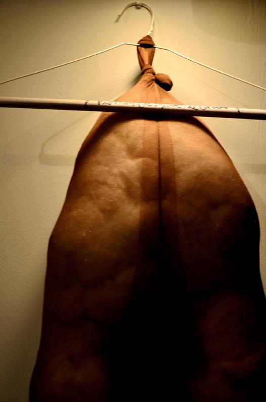 """Detalle escultura BLANDA """"PIERNONA DE ALMIDÓN DE CACAO"""" / Foto: Kevin Corredor"""