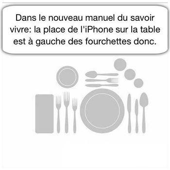 La place du smartphone à table est à gauche des fourchettes