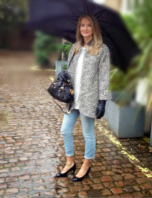 fashion blogger, german fashion blogger, oversized coat, printed coat, prada bag, black gloves, wripped jeans, skinny jeans, umbrella