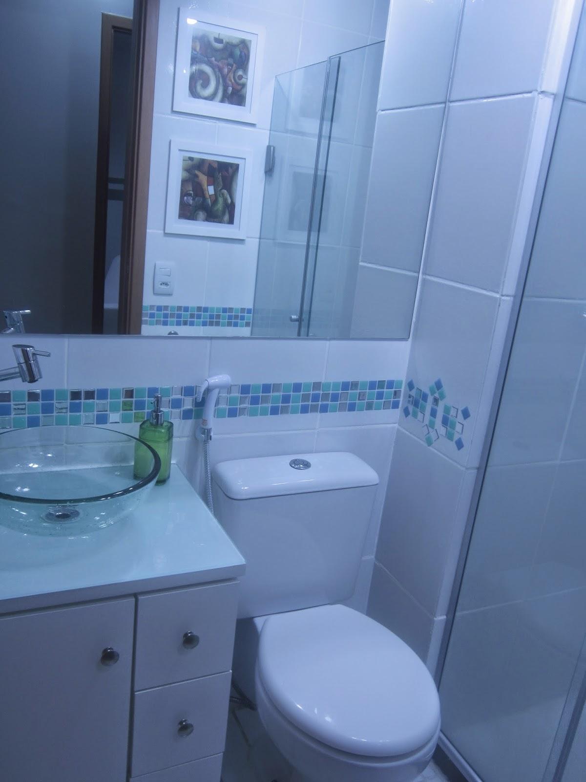 Cafofo Sonhado: Decorando banheiros pequenos: 2 banheiros 2m² cada  #2252AA 1200x1600 Banheiro Com Vaso Sanitario Azul