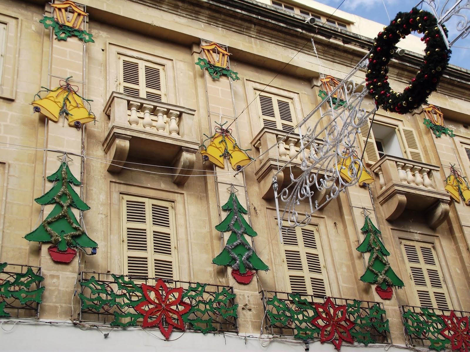 Edificio de Malta decorado con ornamentos navideños