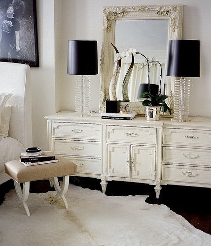 Apartment intervention shabby chic modern style for Cream and black bedroom designs