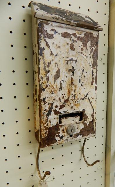 vintage mailbox via homeologymodernvintage.com