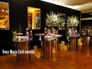 parede preta com espelho, mesa de doces, vidro roxo com velas, velas, mesa vidro e alumínio