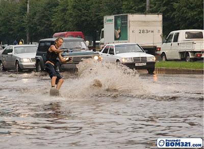 Bermain Luncur Air Ketika Banjir