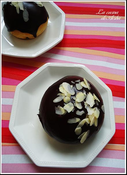 Bollos de pan dulce con glaseado de chocolate