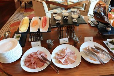 Teil des Frühstücksbuffets in der Ritz-Carlton Club Lounge © Copyright Monika Fuchs, TravelWorldOnline
