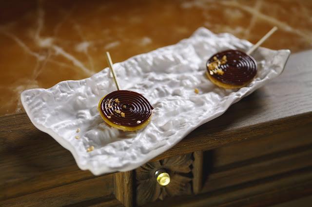 Авторское блюдо Александра Мухина Лоллипоп с яблочной карамелью, террином из гусиной печени и кофейными спагетти