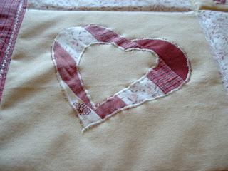 Applikált szív minta babatakaróra