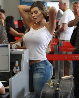 Όλο το αεροδρόμιο σταμάτησε και την κοιτούσε...