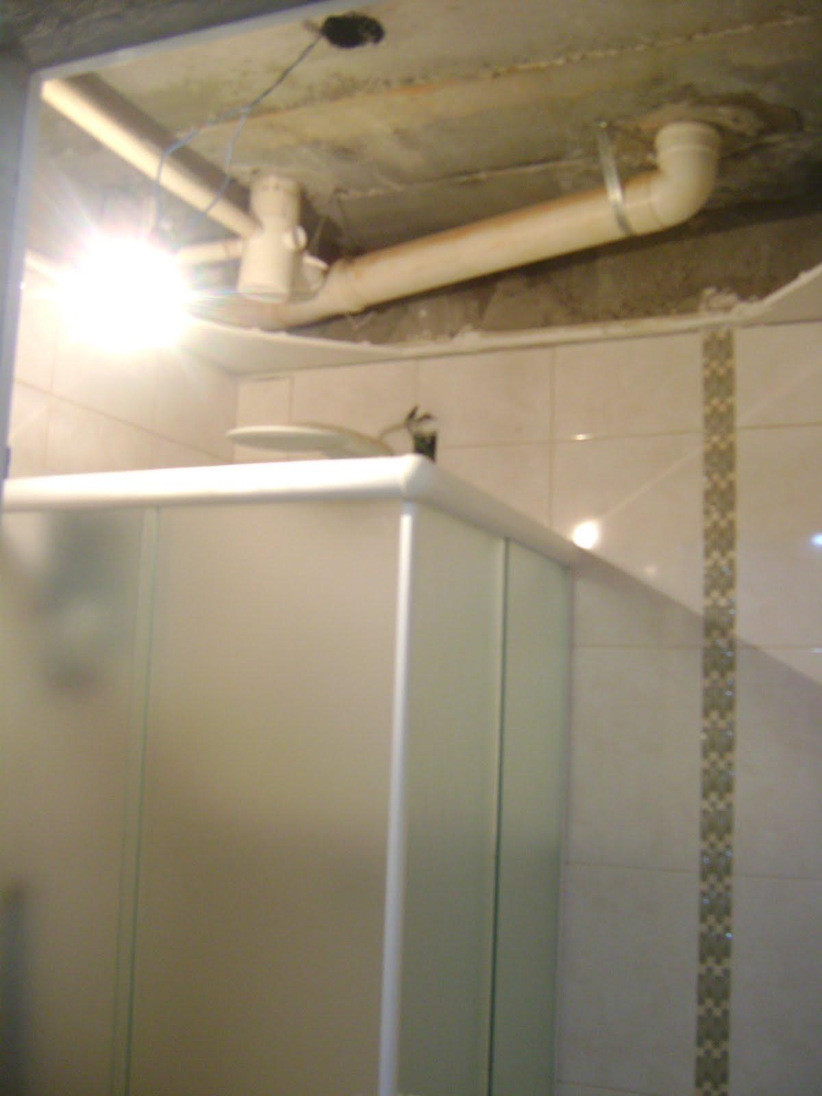 num passe de mágica olha o banheiro com o forro e a moldura de gesso  #8C6D3F 1200 1600