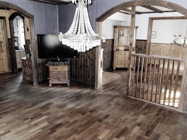 före renovering, nedre plan, nedre våning, mörkt golv till vitt, mörkbrun panel måla vitt, renovera vardagsrum, före och efter,